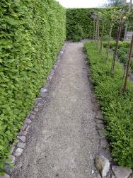 Pokud nechceme, aby ze záhonů nebo trávníku rostliny prorůstaly docesty, musíme je ohraničit.