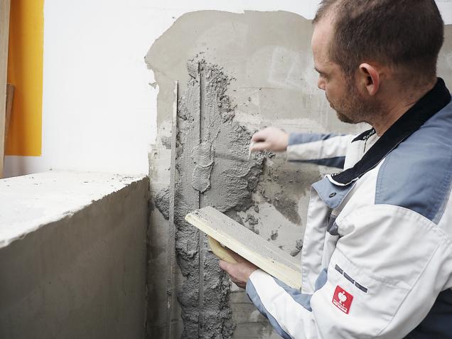 Nakonec spáru po dřevěném omítníku zapravte maltou pomocí zednické lžíce a doplněnou maltu upravte do roviny hladítkem. Srovnanou maltu nechte zavadnout afinálně začistěte pomocí hladítka.