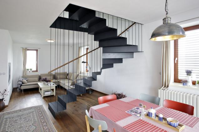 Samonosné schodiště je dominantou obývacího pokoje. Jeho konstrukce umožňuje pohodlné spojení mezi přízemím a horním patrem, přitom nezabírá moc místa.