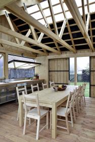 Celá konstrukce je postavená ze dřeva, které je zvenčí napuštěno tmavým olejem, avšak vnitřek budovy zůstává světlý a v přírodních barvách.