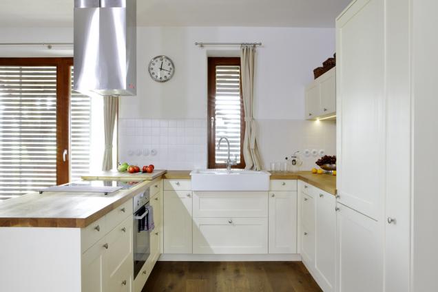 Tvar kuchyňského koutu dostatečně odděluje prostor pro přípravu jídla od obývacího pokoje, zároveň umožňuje interakci osob v kuchyni a ve zbytku místnosti.