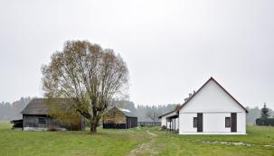 Staré hospodářství bylo sarchitektovou pomocí přeměněno napohodlné moderní bydlení, které si přesto zachovalo svůj původní venkovský ráz.