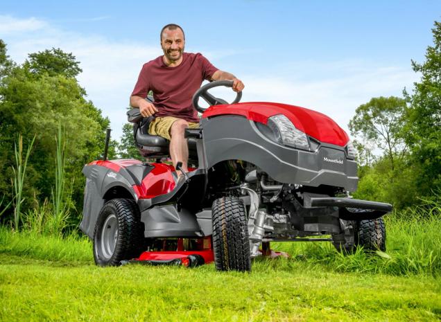 Zahradní traktor XHTY 240 4WD – čtyřkola s americkým motorem Briggs & Stratton o výkonu 11,67 kW a dvounožovou sekačkou se záběrem 102 cm (Zdroj: Mountfield)