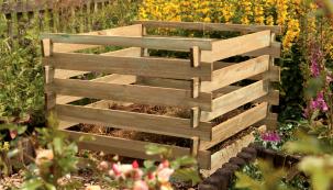 Ideální pro středně velké až velké zahrady je lehce smontovatelný, otevřený stavebnicový kompostér ze dřeva. (Zdroj: Hornbach)