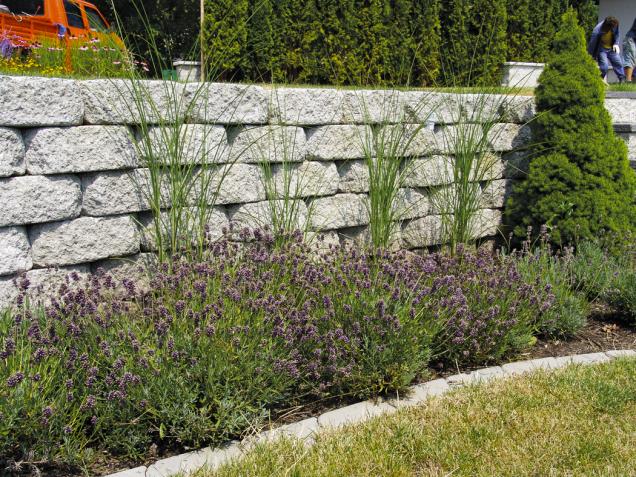 Tvarovka Římský kvádr se používá kestavbě opěrných stěn, které zabraňují posuvu svahu. Přednosti tohoto výrobku jsou soudržnost, pevnost astabilita stěny (PRESBETON)