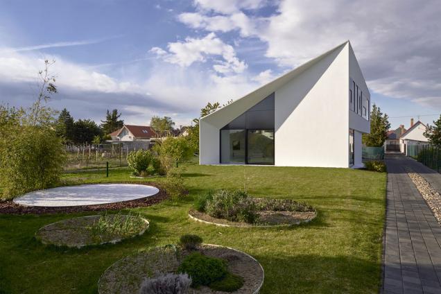 Rodinný dům vmalé slovenské obci se vymyká standardům dnešní rodinné zástavby, ato jak vnější formou, tak vnitřním uspořádáním. Cílem návrhu bylo vytvořit atypické bydlení sinspirativním prostředím pro kreativní práci.