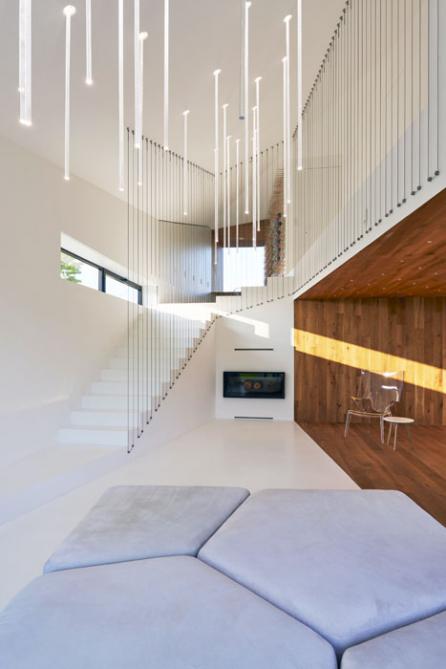 Významným architektonickým prvkem je – zhlediska funkčního iestetického – osvětlení. Přináší nejen dostatek světla vesprávném množství aintenzitě, ale také emoce, aje šperkem domu. Vcelém interiéru jde oautorské řešení, všechna svítidla byla navržena avyrobena namíru.