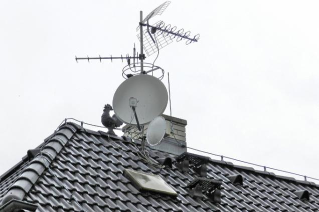 Střešní neboli kominické výlezy umožňují jednoduchý, rychlý a bezpečný přístup na střechu. Ten je nutné zajistit pro provádění nutných prací, například kominických, instalačních či údržbových, ale také k prosvětlení půdních prostor a jejich větrání. (Zdroj: HPI-CZ)