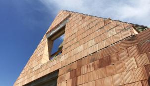 Vyzdívky štítů se provádí opětovným založením první vrstvy cihel na zmonolitněnou stropní konstrukci. (Zdroj: Wienerberger)
