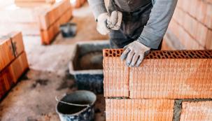 Svépomocnou stavbou se povšechně rozumí způsob výstavby, kdy stavebník celou stavbu, nebo její podstatnou část, realizuje fyzicky, nebo spomocí rodiny, přátel, známých. Případně si – nadílčí složitější etapy amontáže – najímá řemeslníky nebo specializované firmy. Podívejme se, na kolik ho to vyjde, co je vsilách stavebníka-amatéra, aco už ne.