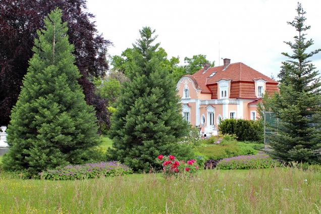 Rodinný dům ponořený dozeleně zahrady působí jako oáza klidu, pohody, romantiky anostalgie.