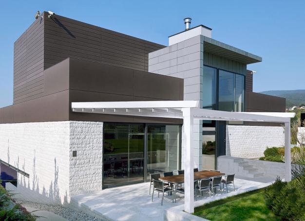 Hliníková látková pergola Luka je estetickou ozdobou pro každou zahradu. Stahovací střecha je vyrobená zjediného kusu nehořlavé PVC tkaniny. Látka vykazuje vynikající pevnost arozměrovou stabilitu, samozřejmostí je 100% ochrana proti dešti aslunečním paprskům. Trakční systém je vyroben zvysoce odolného ozubeného řemenu, který běží nakuličkových ložiscích. Toto spojení se vyznačuje velmi tichým apravidelným chodem. Ovládání pergoly je možné pouze motorem. Čelní odtok vody je integrovanou součástí konstrukce pergoly.