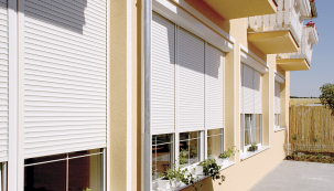 Předokenní rolety zabrání přehřívání domu vlétě itepelným ztrátám vzimě asnižují hladinu hluku až o16 dB (LOMAX)