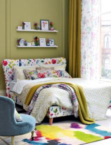 Barevně lze sladit potah nalůžku, kusový koberec idalší textilní doplňky. Foto: Bluebellgrey