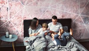 Ložnice by měla být pohodové místo pro celou rodinu. Foto: Kolekce tapet My Dream, design Iva Bastlová pro Vavex
