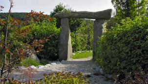 Povrchy cest znezpevněných materiálů (kačírek, písek, štěpka adalší) vypadají pro oko pohledně, ale hodí se spíše kpomalé chůzi vodpočinkové části zahrady.