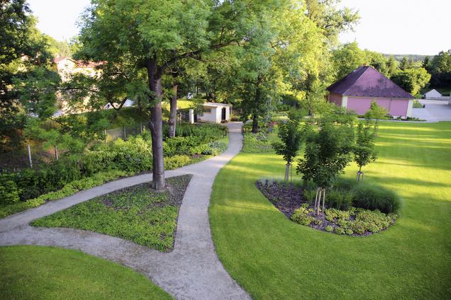 Byla vybudována nová cestní síť, která návštěvníky vede do srdce zahrady. Na místech nejhezčích výhledů nechybí lavičky.