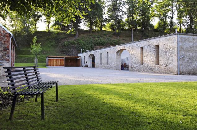 Areál má rozlohu přibližně dvou hektarů, přičemž centrální část zahrady se nachází mezi zámkem abývalou stodolou.