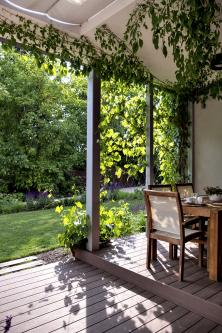 Záhon trvalek navazuje naterasu astává se přímou součástí zahrady. Průchod je zachován díky dřevěným nášlapům.