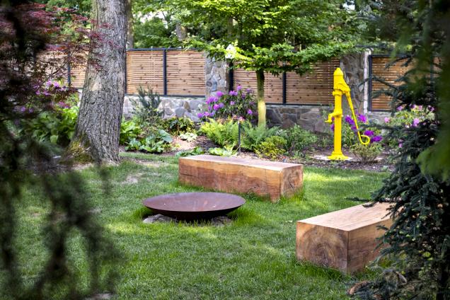 Jednoduché ohniště se sedacími dřevěnými kvádry nabízí další aktivitu vzahradě pro celou rodinu.