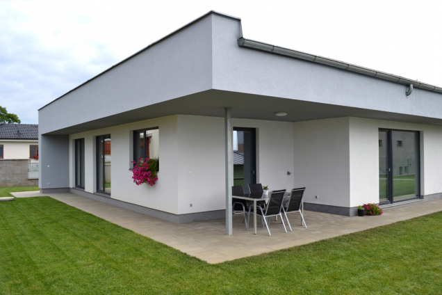 Zásadní rozdíl mezi návrhem vhodných okenních systémů pro běžné domy a pro pasivní domy je v předprojektové přípravě. U pasivních domů je nutné do této přípravy zahrnout energetický audit a prověřit parametry osvitu budovy. Následný požadavek na konstrukci okenních výplní zohledňuje nejen energetické úspory, reálné zisky sluneční energie, ale i světelný komfort v interiéru. Jedná se o velmi podrobné vyhodnocení objektu, které nelze aplikovat paušálně na jiné domy. (Zdroj: DAFE-PLAST)