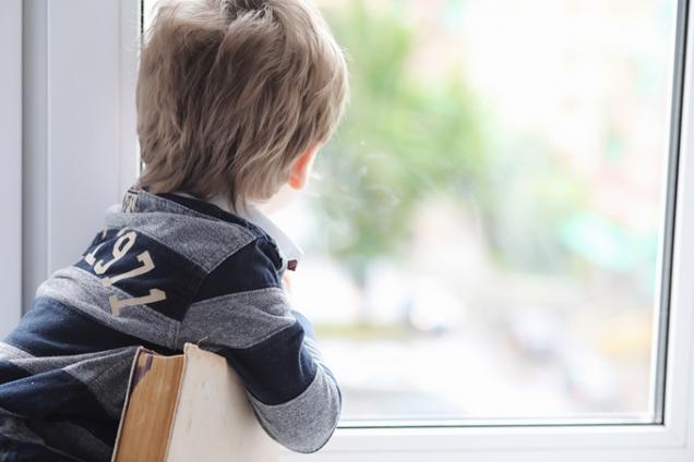 Zejména pokud máte malé děti nebo bydlíte ve vyšších patrech, je dobré myslet i na bezpečnost, např. aby nedošlo k propadnutí dítěte oknem nebo pořezání. (Zdroj: Deceuninck)