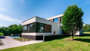 Velkoformátová okna s PVC profily Eforte a předokenními žaluziemi Climax (Zdroj: Deceuninck)