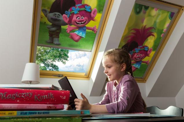 Rolety ARF s motivem oblíbených pohádek jsou ideálním řešením pro podkrovní dětské pokojíčky. Mají všechny výhody standardní rolety ARF a navíc výjimečnou dekorativní funkci. Rolety s oblíbenými hrdiny vytváří fascinující atmosféru v dětském prostoru, ve kterém se nejmladší budou cítit skvěle nejen při svých hrách, ale i během učení, a jejich tváře budou vždy vysmáté. (Zdroj: FAKRO)