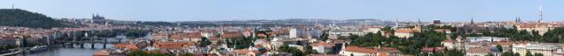 Fotoveduta Prahy zVyšehradu ukazuje jeden znejoblíbenějších pohledů nasiluetu Prahy. Vknize Pražské veduty (vydal IPR Praha) lze porovnat, jak se tyto siluety vyvíjely včase. Foto Ester Havlová