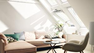 Úměra přímá – čím více oken, tím více přirozeného denního světla, čerstvého vzduchu a samozřejmě i slunečních paprsků. Tepelné zisky (a ztráty) je však třeba efektivně regulovat (VELUX)