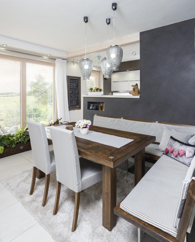 Kuchyň je přes polovysokou příčku otevřena do společného obývacího prostoru. Přírodní materiály atlumené barvy dodávají interiéru harmonický a uklidňující výraz.