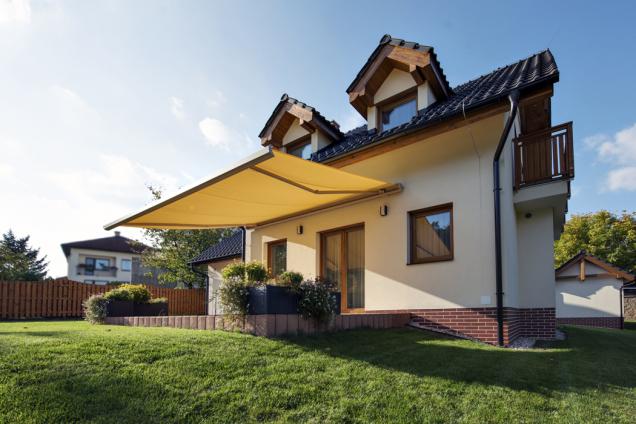 Markýzy jsou vhodné pro ty majitele domů, kteří hledají praktické, dobře dostupné akvalitní designové řešení. Markýzy se dají nainstalovat najiž hotový dům nebo ještě lépe vefázi stavby.