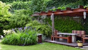 Dřevěné pergoly patří stále mezi oblíbená řešení pro zastínění posezení. Hodí se dotradičních rodinných ipřírodních zahrad, kde by jiné řešení působilo příliš strojeně.