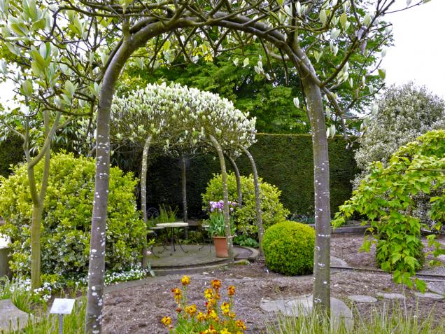 Milovníci přírodního řešení volí nasvé zahradě stále častěji romantický stromový altán, kde je možné se pohodlně usadit iběhem horkého letního dne aodpočívat vestínu flóry.