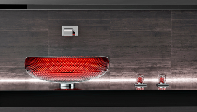Scenic Ramada je klenotem kolekce umyvadel značky Glas Design. Rubínově červený odstín adiamantový brus ještě znásobují krásu 24% olovnatého skla.