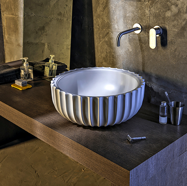 Settecento, exkluzivní solitér inspirovaný sochařstvím aarchitekturou období baroka, se stane perlou každé koupelny. Pro firmu Ceramica Flaminia navrhl slavný architekt Giulio Cappellini.