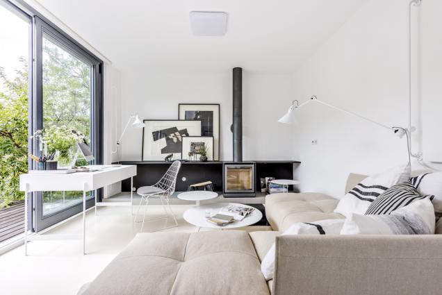 Značnou část obývacího prostoru zabírá skvělá modulární sedací souprava (Saba), kterou je možné podle potřeby přeskládat ajejí potahy prát. Jistý komfort nabídne ikpříležitostnému přespání. Je doplněna bíle lakovanými kulatými kovovými stolky stejné značky.