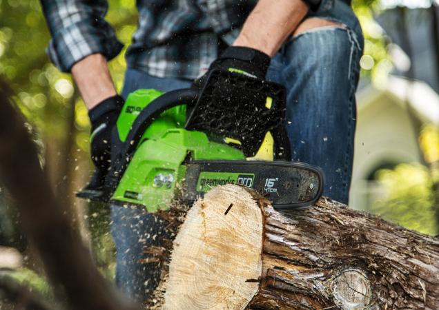 Aku řetězová pila Greenworks GD60 CS40 překvapí každého uživatele skvělými řeznými vlastnostmi i dostatečně dlouhou lištou (40 cm). (Zdroj: Greenworks)