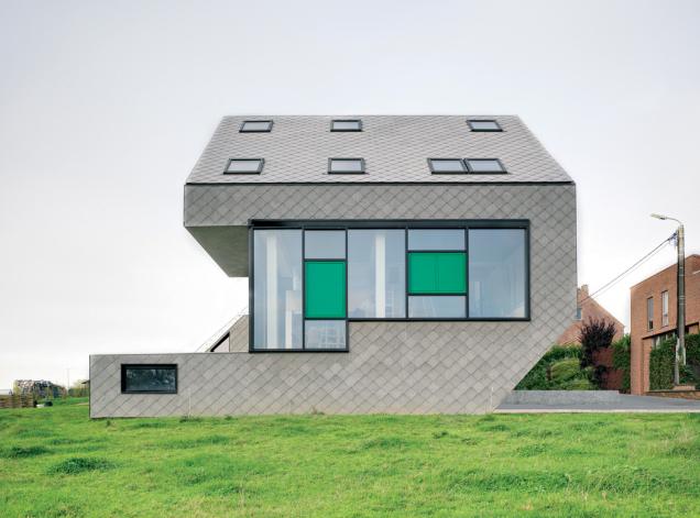 Belgie. Pasivní rodinný dům skompaktní kostrukcí charakteristickou pro tento typ staveb. Vobjektu byla využita střešní okna FTT U8 Thermo se součinitelem prostupu tepla Uw=0,58 W/m2K. (Zdroj: FAKRO)