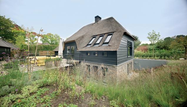 Holandsko. Energeticky úsporný rodinný dům. Během stavby byly použity stavební materiály s vysokými parametry energetické úspornosti, mj. střešní okna FTT U8 Thermo se součinitelem prostupu tepla Uw=0,58 W/m2K. (Zdroj: FAKRO)