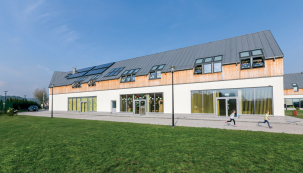 Polsko. Mateřská školka s pasivním standardem v Podegrodu. Budova byla vybavena solárními kolektory a tepelným čerpadlem. Objekt prosvětlují střešní okna FTT U8 Thermo se součinitelem prostupu tepla Uw=0,58 W/m2K. (Zdroj: FAKRO)