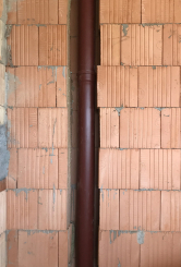 V tomto týdnu se začínají dělat instalace zdravotechniky, tzn. odpadů, vestavěné toalety, přívodů teplé a studené vody. Projektant už při plánování projektu musí detailně řešit uvedené rozvody tak, aby objekt splňoval konstrukční, provozní, hygienická a bezpečnostní kritéria. (Zdroj: Wienerberger)