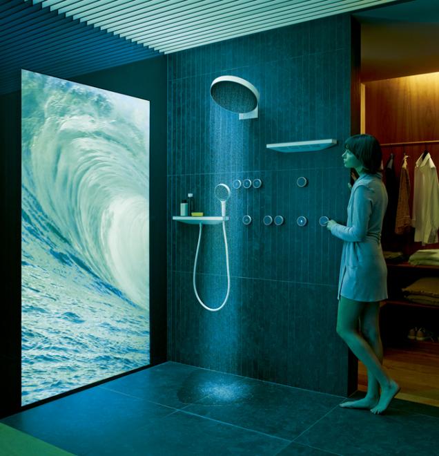 Sprchový set značky Hansgrohe se skládá zruční sprchy, nástěnné sprchy se 4 tryskami avelké hlavové sprchy snastavitelným sklonem. Nová bezdrátová digitální technologie RainTunes umožňuje zvolit pomocí mobilu nebo nanástěnném panelu jeden ze sedmi scénářů, které spojují požitky zvodních proudů sosvětlením, aromaterapií, případně hudbou atd. Pak už stačí jen stisknout tlačítko nastěně.... (nabízejí studia Ptáček)