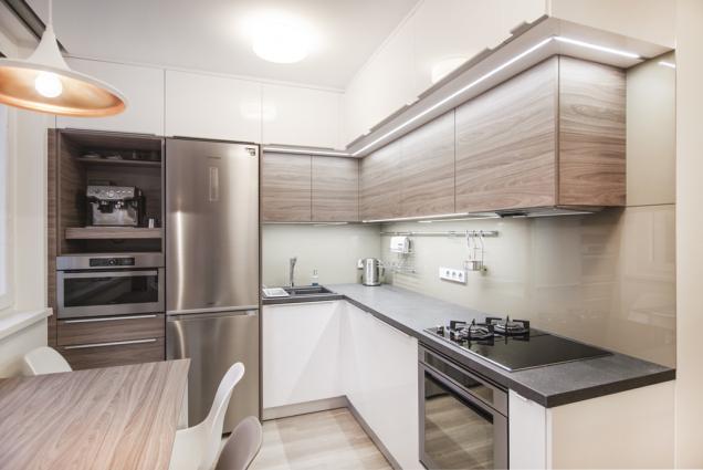 Majitelé sídlištního bytu vBrně si velmi dobře uvědomovali, že jim stávající bydlení vyhovuje po stránce dostupnosti. Současně ale chtěli moderní bydlení, praktické a designově náročné. Obrátili se proto na ateliér design ATAK, který navrhl totální rekonstrukci bytu. Velký důraz kladli na kvalitu zvolených materiálů a precizní provedení. Tam, kde bylo potřeba vyzdít nové části jádra a příček, se jim osvědčil Ytong. (Zdroj: XELLA)