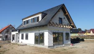 Letní horka dovedou pobyt vpodkroví pořádně znepříjemnit. Klimatizace zase znamená další náklady a nevyužijete ji celoročně. Proto se jako optimální řešení nabízí masivní střecha. Navíc nové, přísnější požadavky na snížení energetické náročnosti, které vstoupí vplatnost vroce 2020, stanovují v energetických průkazech budov také teplo potřebné k chlazení objektu. (Zdroj: XELLA)