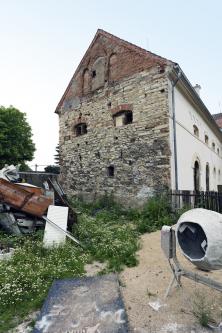 Rekonstrukce historického statku naKladensku si vyžádala pečlivý přístup zejména při práci se smíšeným zdivem (kombinace kamenného acihelného zdiva) aopukou (usazená hornina)