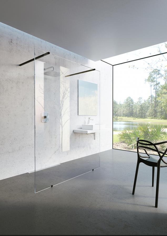 Prostorný avzdušný model Walk-in Free. Ikona designové koupelny, která díky použití jediné pevné stěny umožňuje vstup dosprchového prostoru zobou stran (RAVAK)