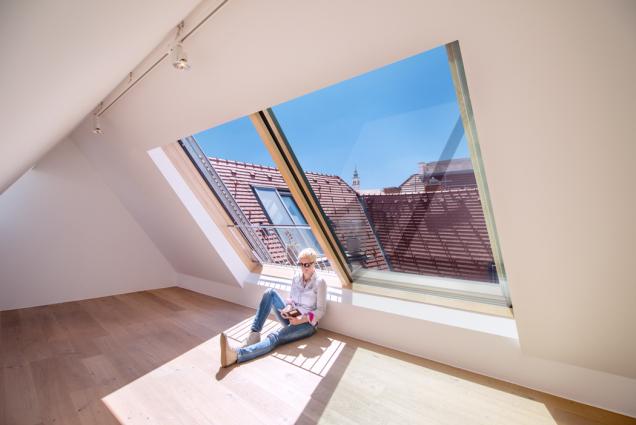 """Solara Wien: """"Pokud máte možnost otevřít své podkroví velkoplošným posuvným střešním prosklením, pak to rozhodně udělejte."""" (Zdroj: Solara)"""