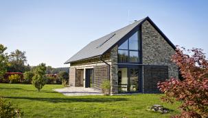"""Rekonstruovat stodolu znamená často """"přeměnit ji"""" nanovostavbu. Staré stodoly nemá velký smysl rekonstruovat, protože se stavěly vevětšině případů nekvalitně, lepší je nastejném místě postavit novostavbu à la stodola (HELUZ)"""