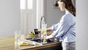 Hygienické standardy na čistotu pitné vody se neustále zvyšují. Ne nadarmo se také říká, že čistá voda je tím nejcennějším jměním. I když ale pitná voda projde přísně hlídaným martýriem úpravovny, pořád to ještě neznamená, že si ji do skleničky napustíme ve stejné kvalitě. Ač se to nemusí někomu zdát, roli hrají rozvody vody. (Zdroj: REHAU)